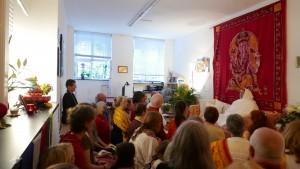 Mataji mit Schülern im kleineren Yogaraum in der Dharmabodha Yogaschule