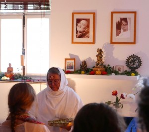 Mataji verteilt Prasad in der Dharmabodhya Yogaschule 2